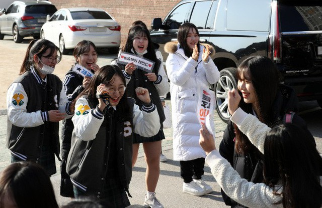 600.000 thí sinh Hàn Quốc thi Đại học: Cả đất nước nín thở, học sinh lớp 11 quỳ ngoài cổng trường chúc anh chị thi tốt - Ảnh 8.
