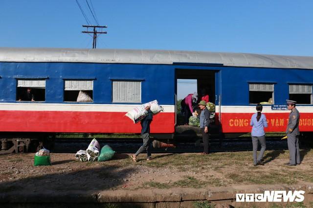 Cận cảnh chuyến tàu rời ga ở Hà Nội chỉ với 2 vị khách nước ngoài, lỗ 10 triệu đồng/ngày - Ảnh 10.