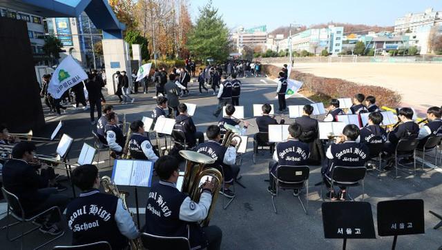 600.000 thí sinh Hàn Quốc thi Đại học: Cả đất nước nín thở, học sinh lớp 11 quỳ ngoài cổng trường chúc anh chị thi tốt - Ảnh 9.