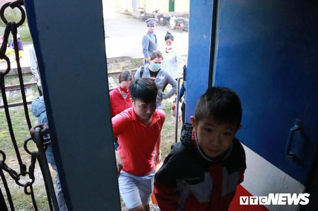 Cận cảnh chuyến tàu rời ga ở Hà Nội chỉ có 2 vị khách nước ngoài, lỗ 10 triệu đồng/ngày - Ảnh 10.