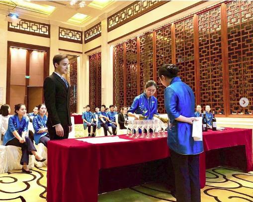 Giới siêu giàu Trung Quốc sẵn sàng chi tiền học lễ nghi quý tộc để có thể gia nhập xã hội thượng lưu phương Tây - Ảnh 1.