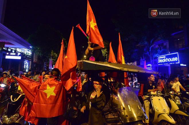 aff cup 2018 - photo 2 1542610173603282818641 - Báo Hàn sửng sốt khi chứng kiến không khí AFF Cup ở Việt Nam chẳng khác gì World Cup