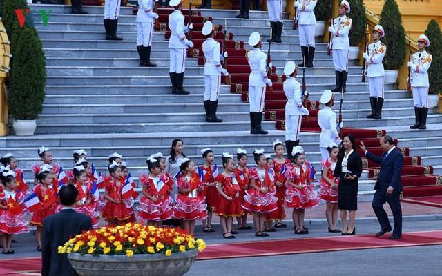 Hình ảnh lễ đón trọng thể Thủ tướng Pháp thăm chính thức Việt Nam - Ảnh 1.