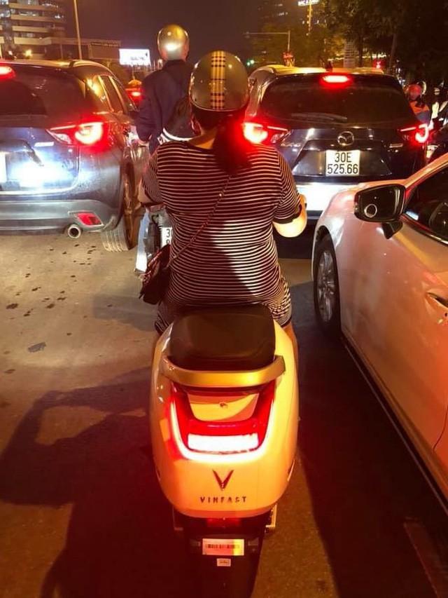 Mới mở phân phối được vài giờ, người dân đã bắt gặp xe máy điện VinFast lăn phân phốih trên phố đông - Ảnh 1.