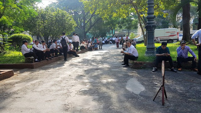 Hàng trăm tài xế Vinasun lại tập trung trước tòa theo dõi vụ kiện với Grab  - Ảnh 1.