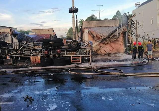 Hiện trường vụ tai nạn thảm khốc ở Bình Phước: 16 căn nhà bị thiêu rụi, 6 người tử vong trong đám cháy  - Ảnh 1.