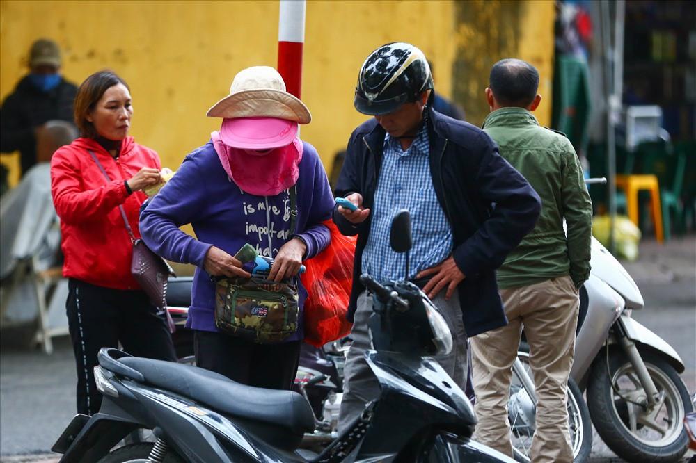 """việt nam – campuchia - photo 1 15428755743841391815481 - Vé """"chợ đen"""" trận Việt Nam – Campuchia cao chót vót, khán giả vẫn chờ """"giờ G"""""""