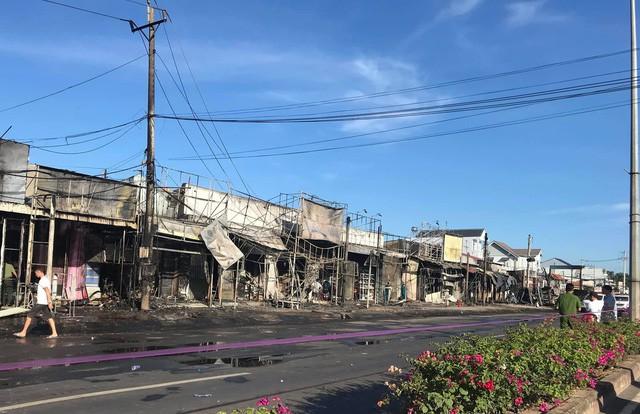 Hiện trường vụ tai nạn thảm khốc ở Bình Phước: 16 căn nhà bị thiêu rụi, 6 người tử vong trong đám cháy  - Ảnh 11.