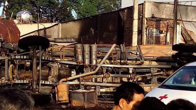 Hiện trường vụ tai nạn thảm khốc ở Bình Phước: 16 căn nhà bị thiêu rụi, 6 người tử vong trong đám cháy  - Ảnh 3.
