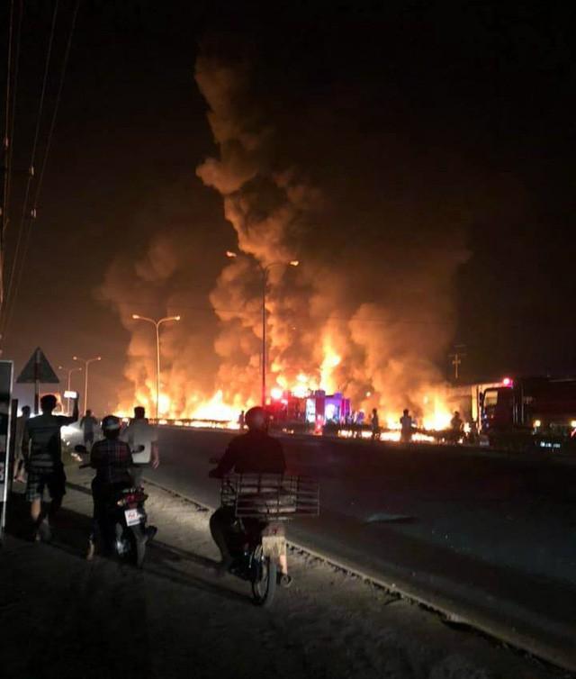 Hiện trường vụ tai nạn thảm khốc ở Bình Phước: 16 căn nhà bị thiêu rụi, 6 người tử vong trong đám cháy  - Ảnh 4.