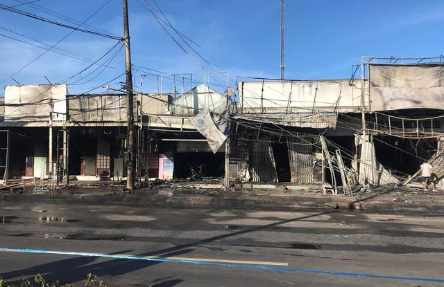 Hiện trường vụ tai nạn thảm khốc ở Bình Phước: 16 căn nhà bị thiêu rụi, 6 người tử vong trong đám cháy  - Ảnh 5.