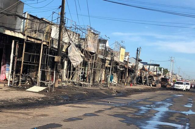 Hiện trường vụ tai nạn thảm khốc ở Bình Phước: 16 căn nhà bị thiêu rụi, 6 người tử vong trong đám cháy  - Ảnh 6.