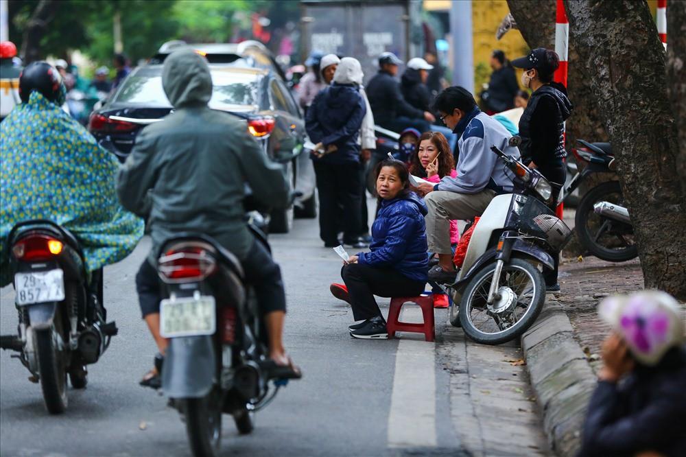 """việt nam – campuchia - photo 5 1542875576498513178434 - Vé """"chợ đen"""" trận Việt Nam – Campuchia cao chót vót, khán giả vẫn chờ """"giờ G"""""""