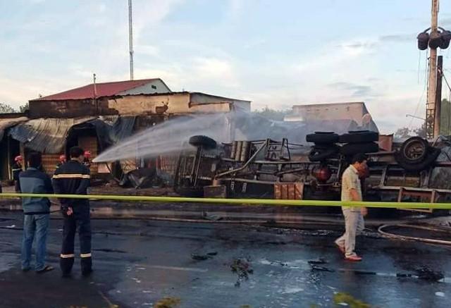 Hiện trường vụ tai nạn thảm khốc ở Bình Phước: 16 căn nhà bị thiêu rụi, 6 người tử vong trong đám cháy  - Ảnh 7.