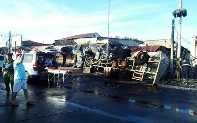 Hiện trường vụ tai nạn thảm khốc ở Bình Phước: 16 căn nhà bị thiêu rụi, 6 người tử vong trong đám cháy  - Ảnh 8.