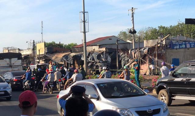 Hiện trường vụ tai nạn thảm khốc ở Bình Phước: 16 căn nhà bị thiêu rụi, 6 người tử vong trong đám cháy  - Ảnh 9.