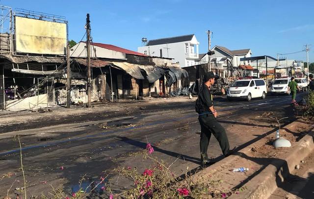 Hiện trường vụ tai nạn thảm khốc ở Bình Phước: 16 căn nhà bị thiêu rụi, 6 người tử vong trong đám cháy  - Ảnh 10.