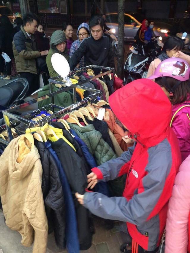 Black Friday: Nhiều tuyến phố thất thủ, quần áo phân phối đại hạ giá 20.000 đồng/chiếc - Ảnh 4.