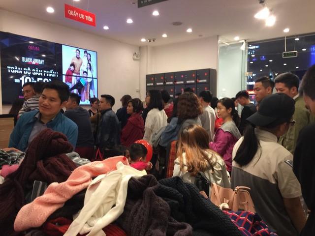 Black Friday: Nhiều tuyến phố thất thủ, quần áo phân phối đại hạ giá 20.000 đồng/chiếc - Ảnh 5.