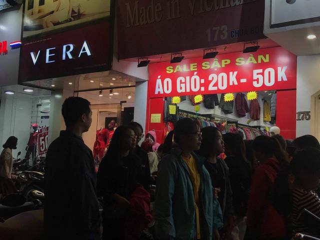 Black Friday: Nhiều tuyến phố thất thủ, quần áo phân phối đại hạ giá 20.000 đồng/chiếc - Ảnh 6.
