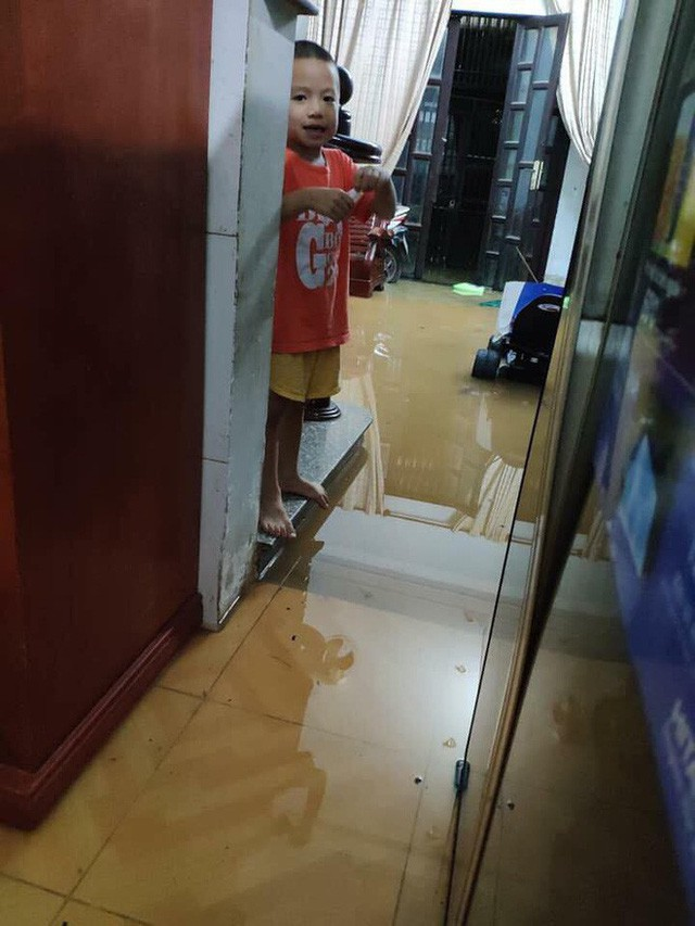Ảnh: Mưa ngập diện rộng, dân TP.HCM trắng đêm tát nước chống lụt - Ảnh 1.