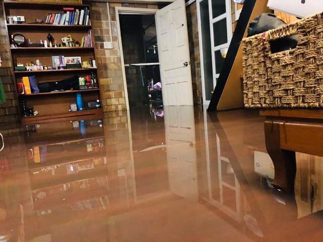 Ảnh: Mưa ngập diện rộng, dân TP.HCM trắng đêm tát nước chống lụt - Ảnh 2.