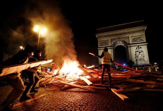 Nước Pháp bất ổn vì giá xăng - Ảnh 1.