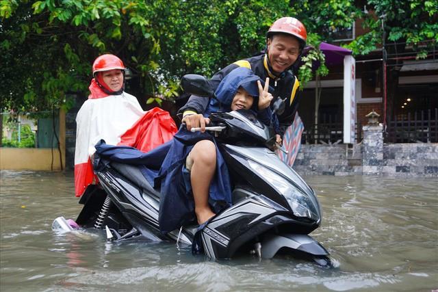 Đường Sài Gòn ngập như sông: Lexus chết trân, tàu bè băng băng vượt nước - Ảnh 2.