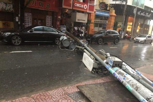 Maserati vừa đi vừa đẩy trong bão lớn ở Sài Gòn - Ảnh 2.