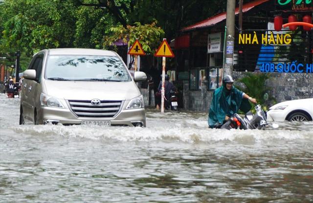 Đường Sài Gòn ngập như sông: Lexus chết trân, tàu bè băng băng vượt nước - Ảnh 12.
