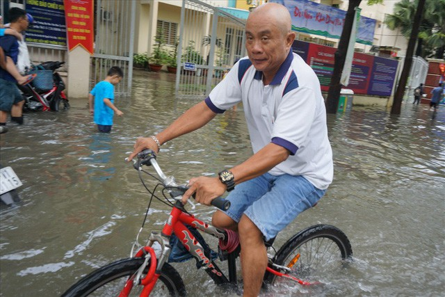 Đường Sài Gòn ngập như sông: Lexus chết trân, tàu bè băng băng vượt nước - Ảnh 14.