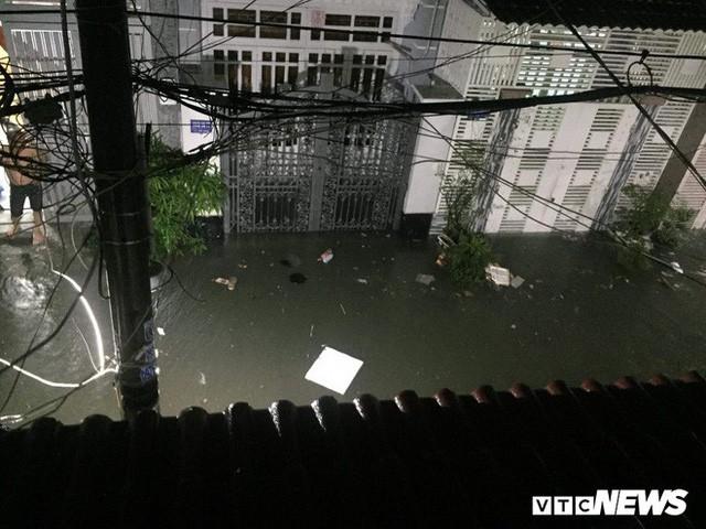 Ảnh: Mưa ngập diện rộng, dân TP.HCM trắng đêm tát nước chống lụt - Ảnh 3.