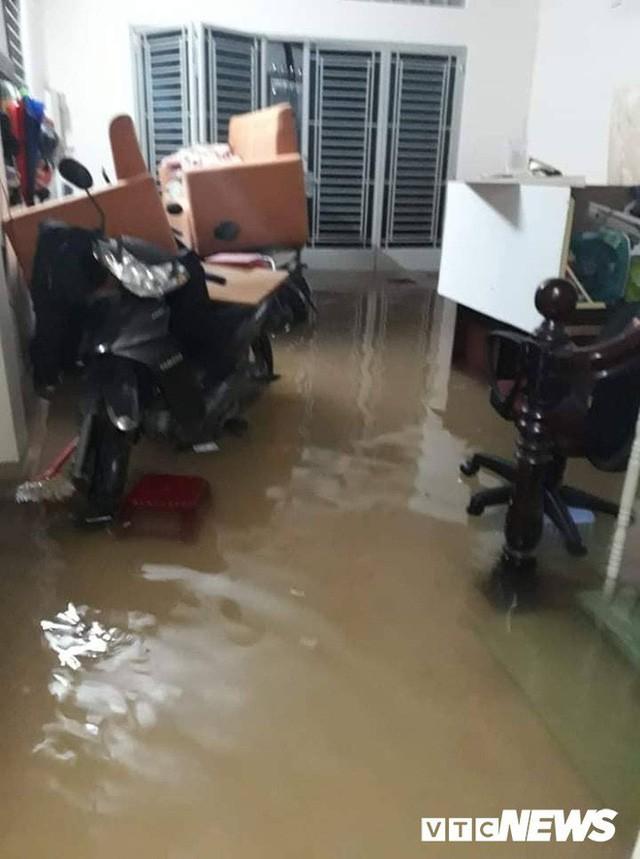 Ảnh: Mưa ngập diện rộng, dân TP.HCM trắng đêm tát nước chống lụt - Ảnh 4.