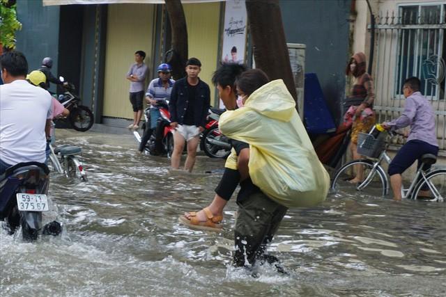 Đường Sài Gòn ngập như sông: Lexus chết trân, tàu bè băng băng vượt nước - Ảnh 5.