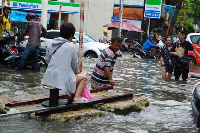 Đường Sài Gòn ngập như sông: Lexus chết trân, tàu bè băng băng vượt nước - Ảnh 7.