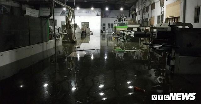 Ảnh: Mưa ngập diện rộng, dân TP.HCM trắng đêm tát nước chống lụt - Ảnh 8.