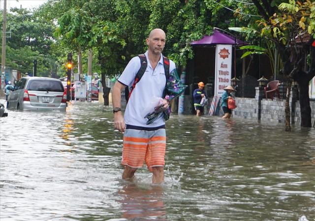 Đường Sài Gòn ngập như sông: Lexus chết trân, tàu bè băng băng vượt nước - Ảnh 10.