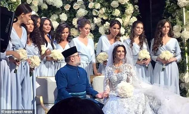 Cựu hoa hậu Nga làm đám cưới với quốc vương Malaysia, chia sẻ rằng đàn ông không được kiếm ít tiền hơn phụ nữ - Ảnh 1.