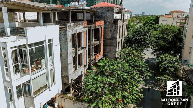 Cận cảnh hàng loạt biệt thự tỷ đồng bỏ hoang giữa lòng khu đô thị sầm uất bậc nhất khu Đông TP.HCM - Ảnh 11.