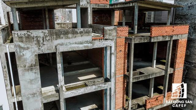 Cận cảnh hàng loạt biệt thự tỷ đồng bỏ hoang giữa lòng khu đô thị sầm uất bậc nhất khu Đông TP.HCM - Ảnh 12.