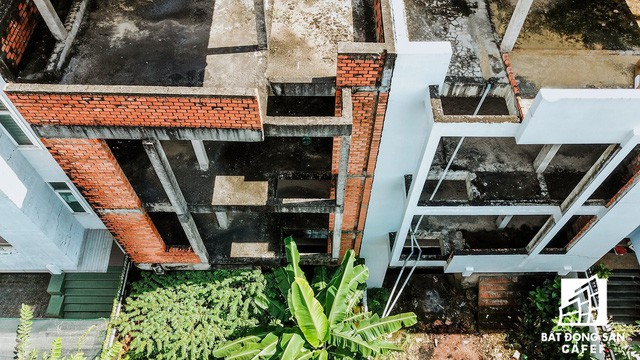 Cận cảnh hàng loạt biệt thự tỷ đồng bỏ hoang giữa lòng khu đô thị sầm uất bậc nhất khu Đông TP.HCM - Ảnh 5.