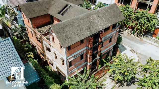 Cận cảnh hàng loạt biệt thự tỷ đồng bỏ hoang giữa lòng khu đô thị sầm uất bậc nhất khu Đông TP.HCM - Ảnh 6.
