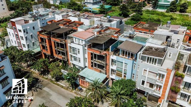Cận cảnh hàng loạt biệt thự tỷ đồng bỏ hoang giữa lòng khu đô thị sầm uất bậc nhất khu Đông TP.HCM - Ảnh 7.