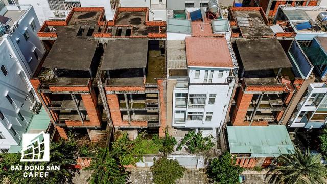 Cận cảnh hàng loạt biệt thự tỷ đồng bỏ hoang giữa lòng khu đô thị sầm uất bậc nhất khu Đông TP.HCM - Ảnh 8.