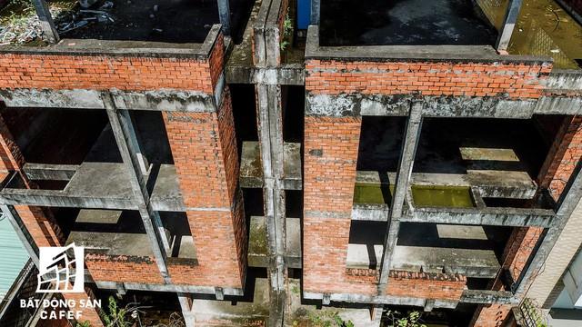 Cận cảnh hàng loạt biệt thự tỷ đồng bỏ hoang giữa lòng khu đô thị sầm uất bậc nhất khu Đông TP.HCM - Ảnh 9.
