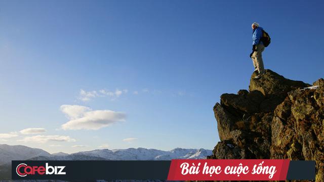Khoảng cách giữa BIẾT và HIỂU bằng từ chân núi đến đỉnh núi, bạn có biết mình đang đứng ở chân núi hay đỉnh núi hay không? - Ảnh 2.