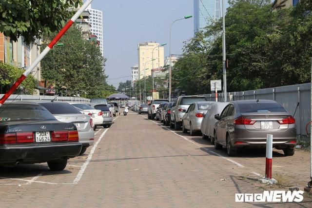 Ảnh: Bãi đỗ xe thông minh đắp chiếu, biến thành nơi trông xe truyền thống tại Hà Nội - Ảnh 3.