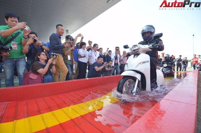 Ngắm VinFast Klara lội nước nửa mét nhẹ nhàng: Xe máy điện thông minh không ngại lụt lội Việt Nam - Ảnh 4.