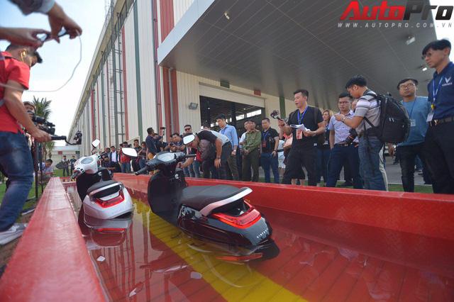 Ngắm VinFast Klara lội nước nửa mét nhẹ nhàng: Xe máy điện thông minh không ngại lụt lội Việt Nam - Ảnh 5.