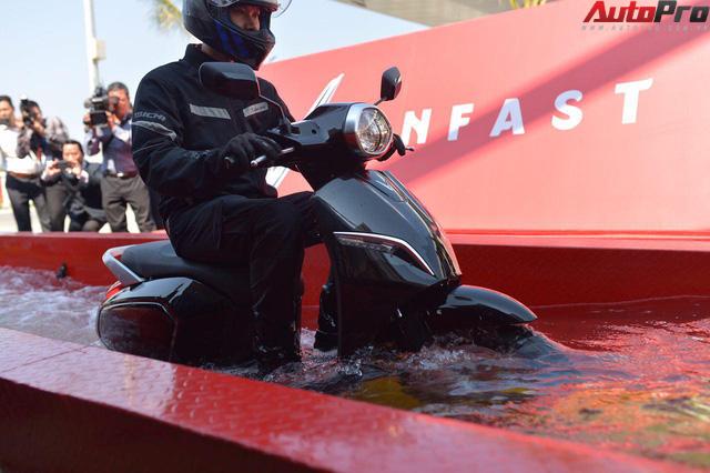 Ngắm VinFast Klara lội nước nửa mét nhẹ nhàng: Xe máy điện thông minh không ngại lụt lội Việt Nam - Ảnh 10.